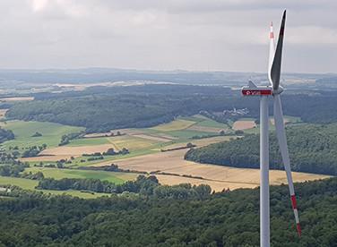 Im Windpark Fischbach haben die Bauarbeiten für zwei Windenergieanlagen begonnen (Beispielbild Windpark Homberg, gleicher Anlagentyp Vestas V126)